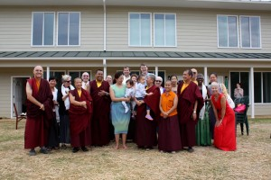 Dungse Rinpoche, Jetsun Rinpoche, HE Jetsun Khandro Rinpoche, Jetsun Dechen Paldron, the monks and nuns gather with the new residents of Tashi Chö Dzong